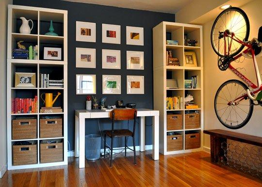 sala organizada de estudos azul com branco e bicicleta na parede