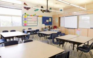 sala de aula com móveis alugados