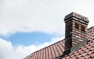 telhado com telhas de cerâmica e chaminé