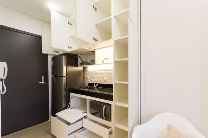armários da cozinha com as portas abertas