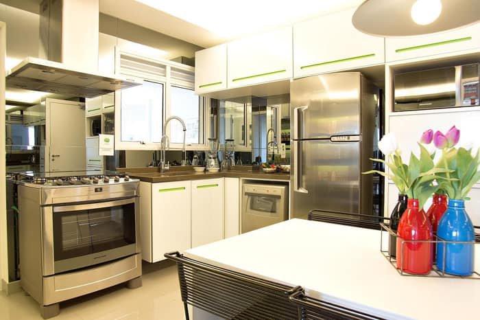 cozinha planejada com mesa de jantar