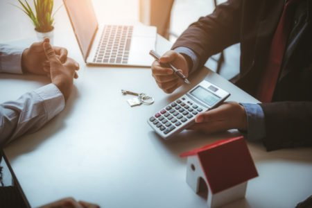 corretor de imóveis calculando a taxa de financiamento imobiliario