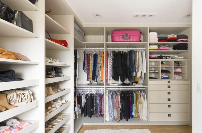 sapateira com prateleiras dentro do closet