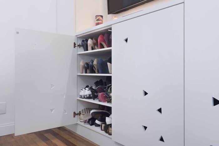 sapateira improvisada dentro do armário