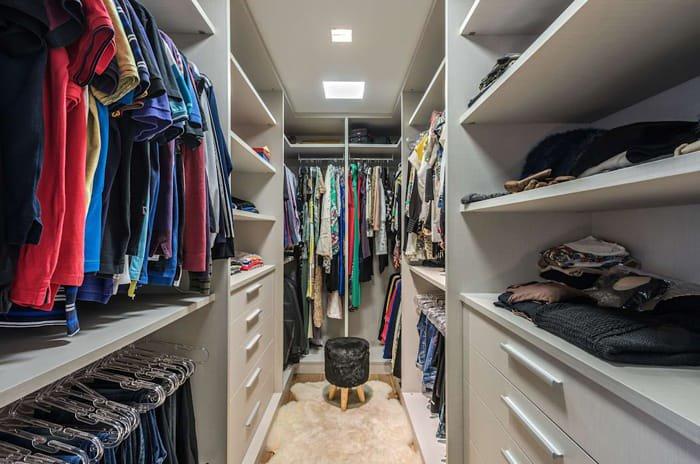 closet organizado em corredor