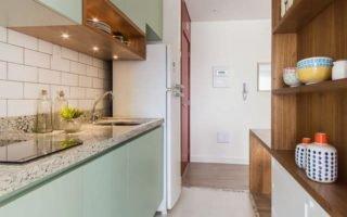 cozinha verde mental com madeira
