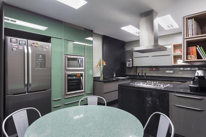 cozinha planejada com armarios verde menta