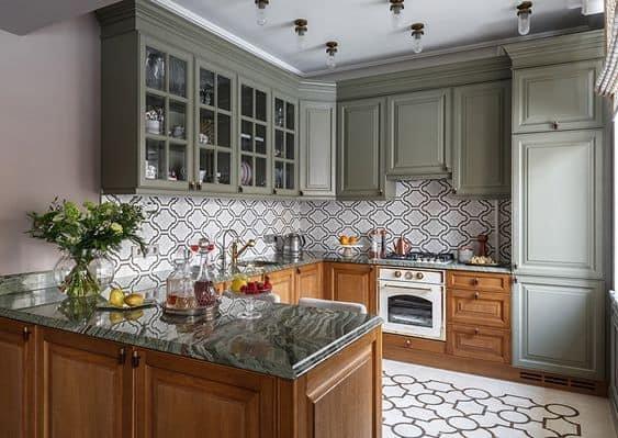 cozinha completa clássica com detalhes em verde