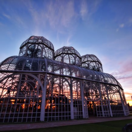 Curitiba está localizada no Estado do Paraná e é uma das cidades com maior IDH em todo o Brasil. Não é para menos que a cidade é considerada uma das melhores para viver.