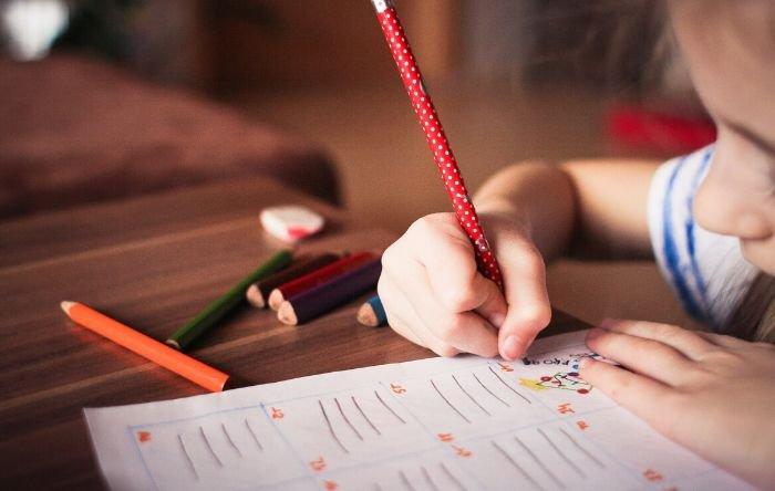 criança fazendo a lição de casa