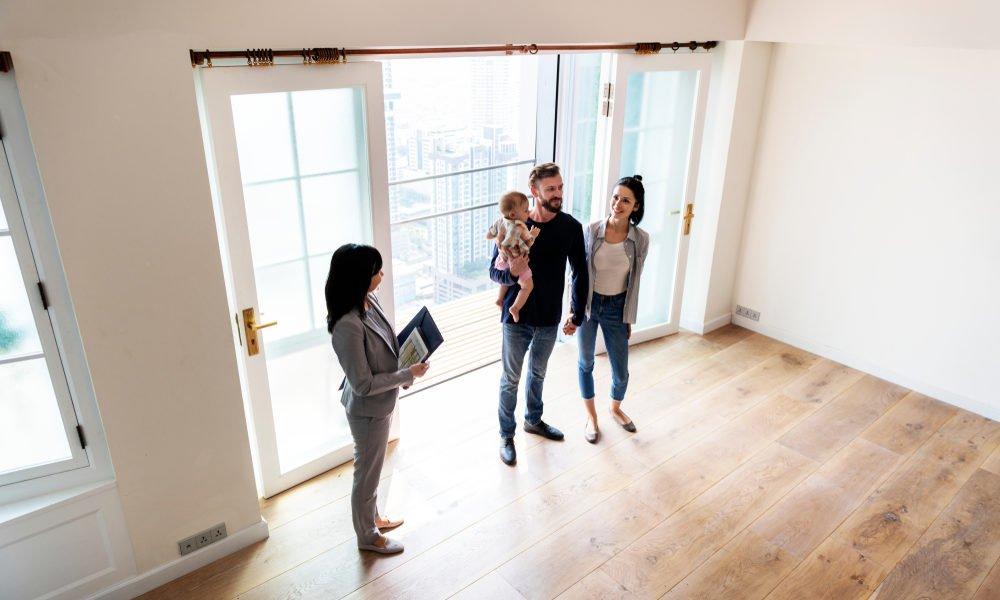 casal com criança dentro de nova casa
