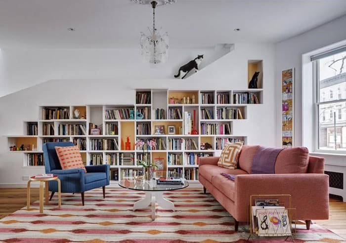 sofá cor de rosa na sala