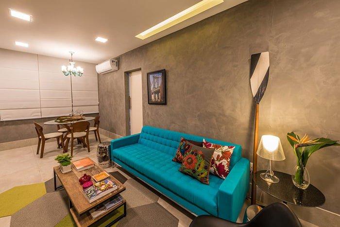 sofá azul turquesa na sala de estar