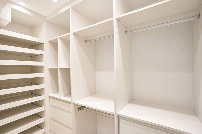 armários de roupas vazios no interior do closet
