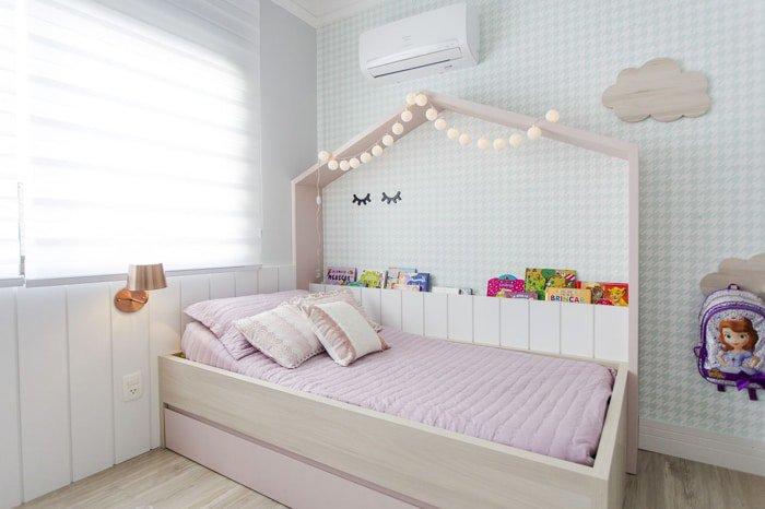 papel de parede azul claro em quarto de menina