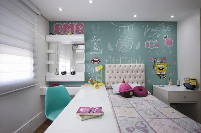 parede azul em quarto de menina