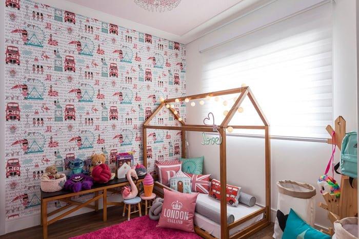 papel de parede com detalhes azuis em quarto de menina