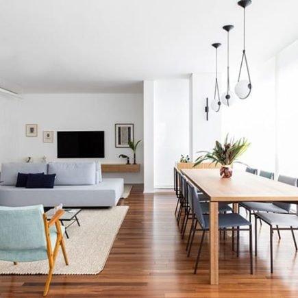 mesa de jantar de madeira em ambiente clean