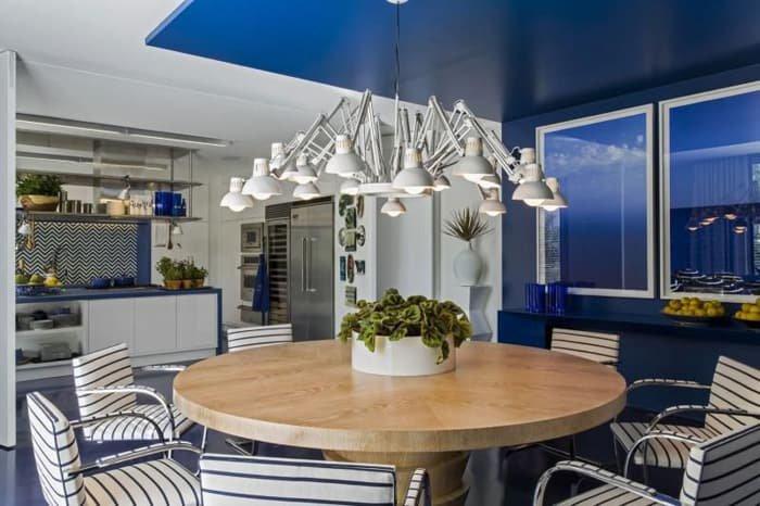 lustre diferenciado em cozinha azul