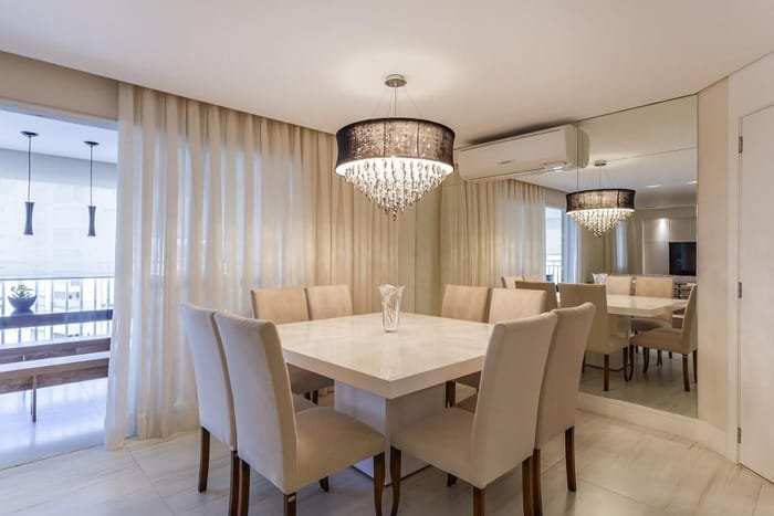lustre com luz direta sobre a mesa de jantar