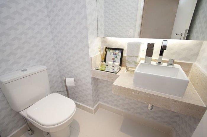 papel de parede aplicado em todo o banheiro