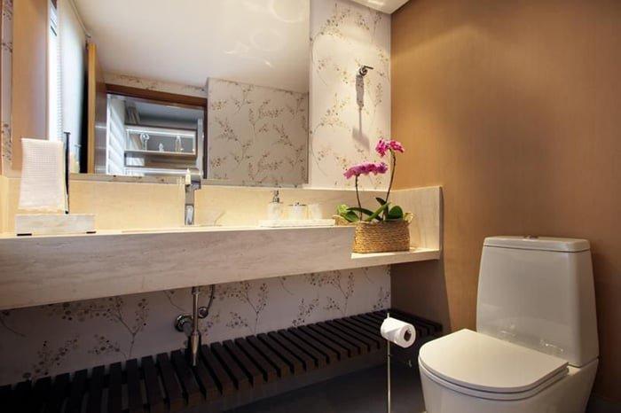 papel de parede floral no banheiro