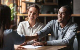 casal jovem simula o potencial de financiamento imobiliário com uma corretora