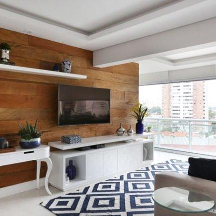 tapete preto e branco na sala de estar