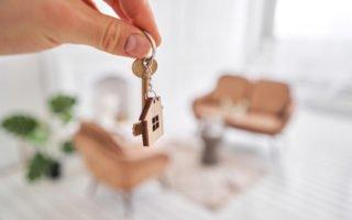 mão masculina segura as chaves da casa nova