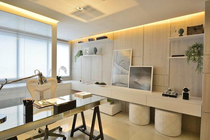 mesa de escritório espelhada com decoração clean