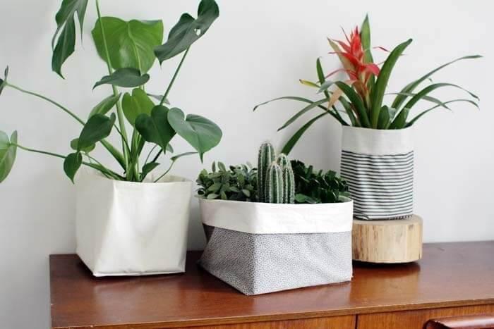 vasos de planta com cachepots de tecido