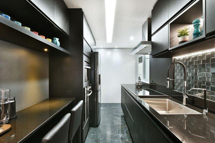 balcão de cozinha de cor preta combinando com os armários