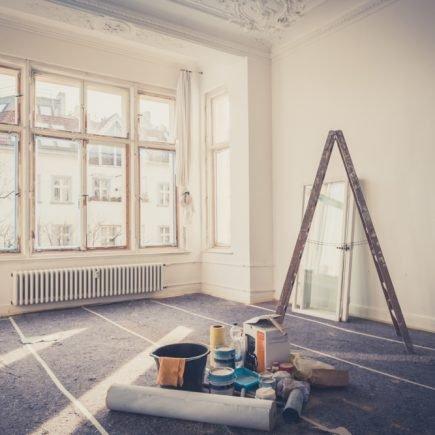 casa em reforma com escada e ferramentas no chão