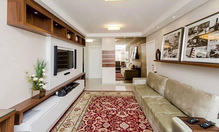 sala de estar com tapete de detalhes vermelhos