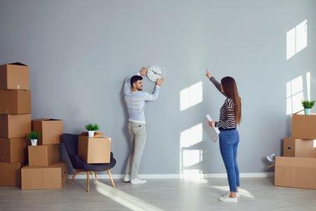 casal de mudança decide decoração do novo imóvel