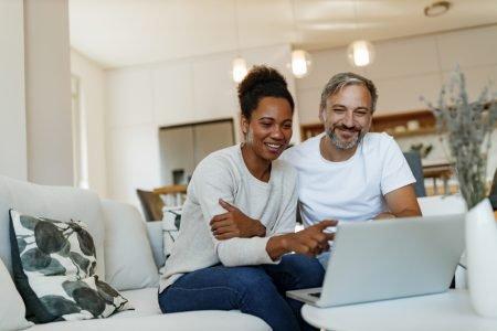 casal adulto faz planejamento financeiro para financiamento imobiliario
