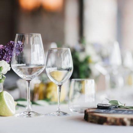 mesa posta em evento